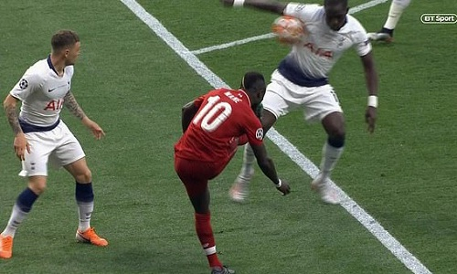 Nhiều người tranh luận bóng chạm ngực Sissoko trước rồi mới chạm tay. Ảnh: BT Sport.