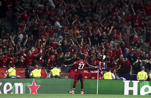 CĐV Liverpool vỡ òa với bàn thắng quyết định của trung phong người Bỉ. Ảnh: AP.