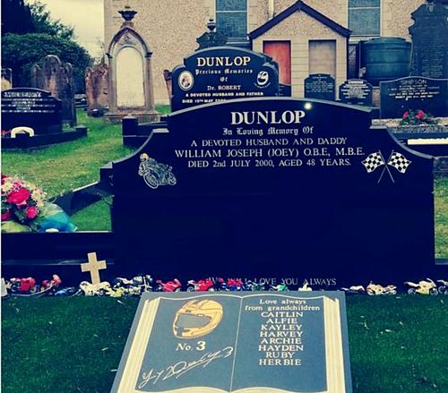 Ngôi mộ của Joey Dunlop - tay đua mô-tô đường phốvĩ đại nhất lịch sử.