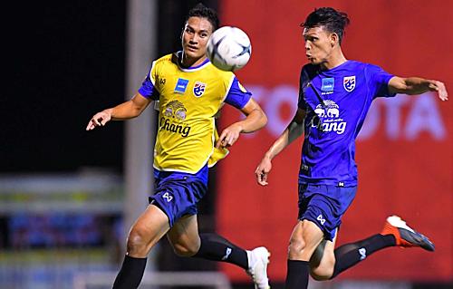 Supachai Jaided (phải) tích cực tập luyện trước trận tái ngộ Việt Nam ở Kings Cup.