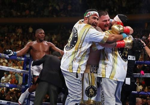 Joshua (trái) thẫn thờ tựa vào dây đài nhìn Ruiz mừng chiến thắng. Ảnh: Reuters.