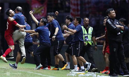 HLV Sirisak (phải) quay lưng khi đồng nghiệp Park Hang-seo và các cộng sự ùa ra mừng bàn thắng của tuyển Việt Nam. Ảnh: Đức Đồng.