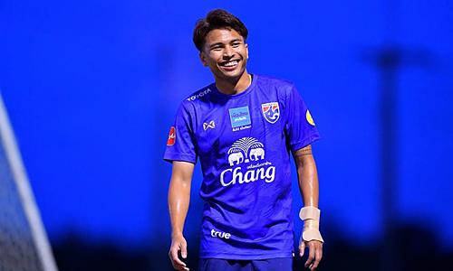 Thitipan chơi ở vị trí tiền vệ trung tâm. Anh cho rằng sự vắng mặt của nhạc trưởng Channathip không phải vấn đề với Thái Lan. Ảnh: mthai.