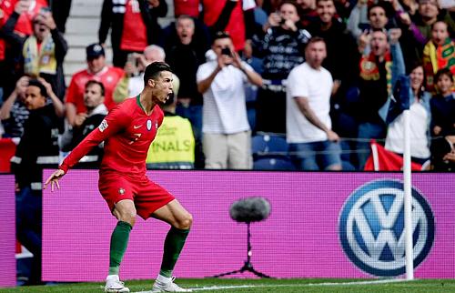 Ronaldo mang về niềm vui lớn lao cho người hâm mộ Bồ Đào Nha. Ảnh:AFP.