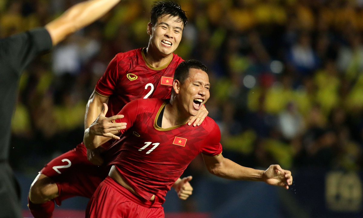 Việt Nam hạ Thái Lan bằng bàn thắng phút bù giờ