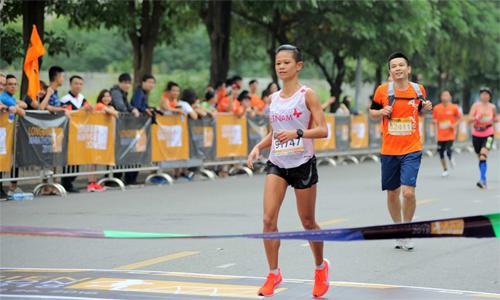 Chi Nguyễn về nhất nữ nội dung 42km Longbien Marathon sau 3 giờ 10 phút 26 giây. Ảnh: LBM.