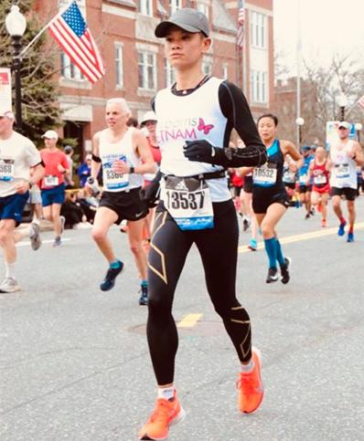Chi Nguyễn trên đường chạy Boston Marathon hôm 15/4. Ảnh: NVCC.