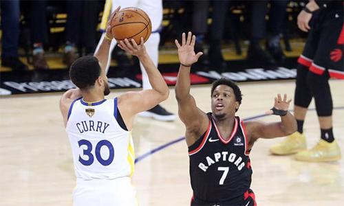 Curry (trắng) trở thành cầu thủ thứ hai sau LeBron James ghi ít nhất 47 điểm mà vẫn để thua tại game chung kết NBA. Ảnh: AP.