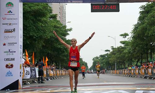 Ông Đỗ Hùng về đích tại Longbien Marathon 2019. Ảnh: LBM.