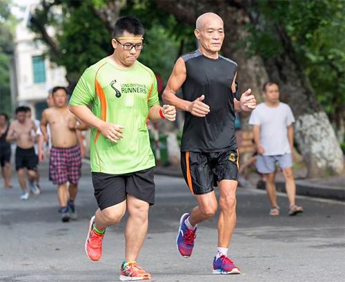 Ở tuổi 66, ông Đỗ Hùng (áo đen)vẫn chạy với thành tích mà rất nhiều runner trẻ tuổi hơn phải ngưỡng mộ. Ảnh: NVCC.
