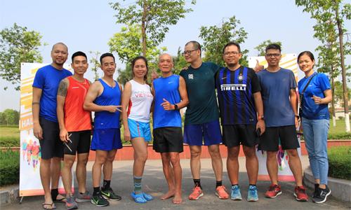 Nhờ chạy bộ, runner U70 (áo xanh giữa) có thêm nhiều bạn bè trẻ tuổi trên khắp mọi miền. Ảnh: NVCC.
