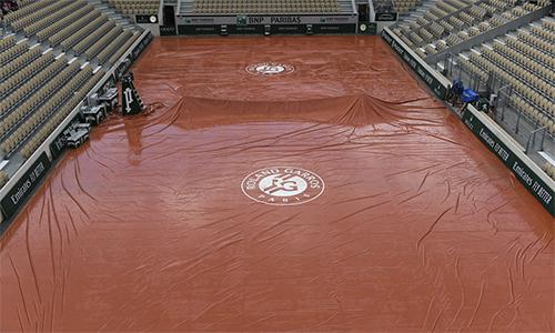 Mưa lớn khiến mặt sân đất nện của Roland Garros không đủ đáp ứng điều kiện thi đấu, dù được phủ bạt.