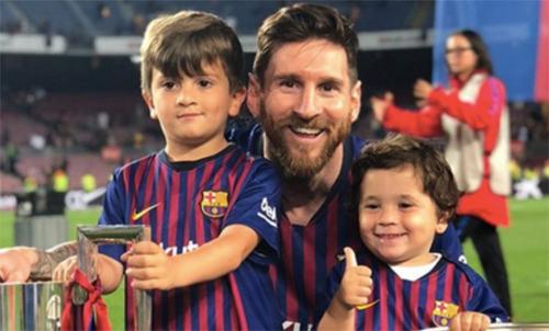Ba bố con Thiago, Lionel Messi và Mateo (từ trái qua).