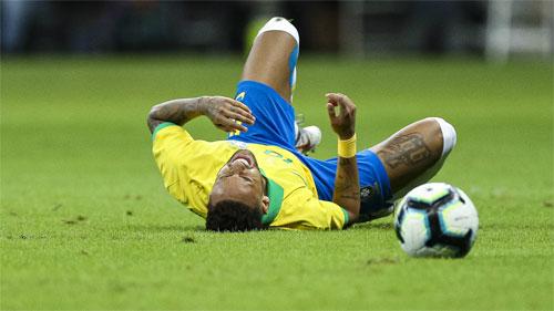 Chấn thương của Neymar phủ bóng đen lên chiến thắng của Brazil.