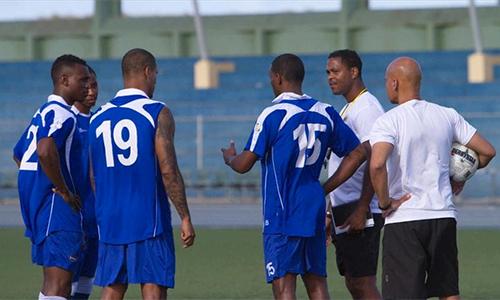 Kluivert (áo trắng, thứ hai từ trái sang) có mẹ là người gốc Curacao. Sự trở về nguồn cội của ông năm 2015 tạo cảm hứng rất lớn cho nhiều cầu thủ có gốc gác đảo quốc này tìm về cố hương.