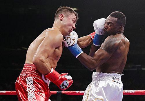 Golovkin (trái) chứng tỏ bản lĩnh dày dạn của một võ sĩ hàng đầu. Ảnh: AP.