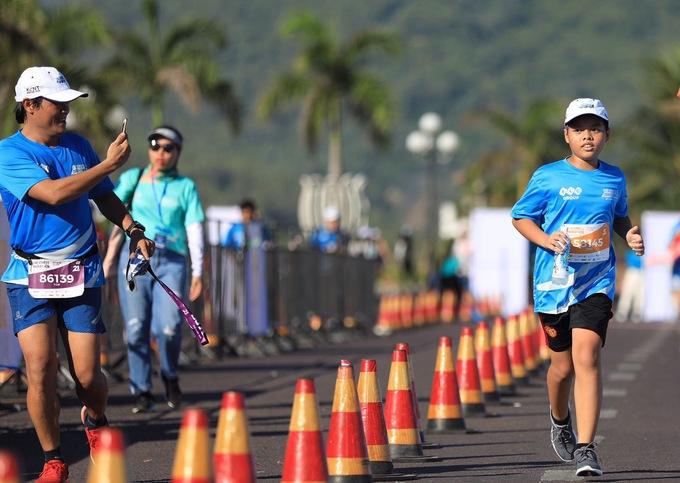 Runner nhí hào hứng trên đường chạy VnExpress Marathon