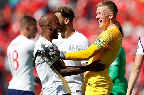 Thủ thành Pickford (phải) là người hùng của tuyển Anh. Ảnh: AP.