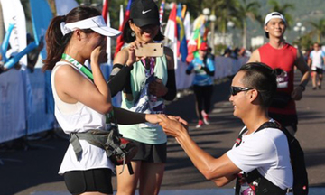 Runner quỳ gối cầu hôn bạn gái tại VnExpress Marathon 2019