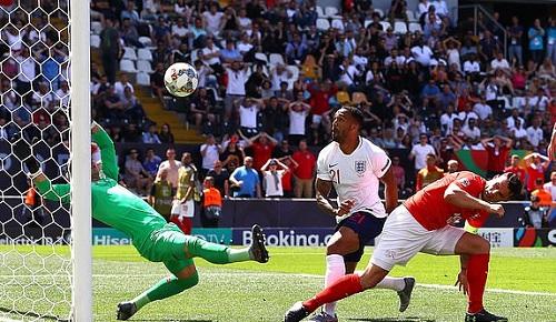 Wilson (áo trắng) không được công nhận bàn thắng do phạm lỗi với hậu vệ Thụy Sỹ. Ảnh: EPA.