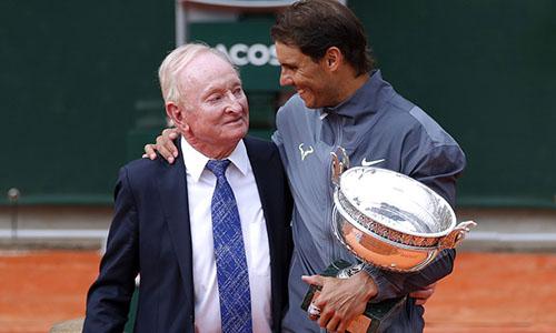 Huyền thoại Rod Laver (trái), từng giành 11 Grand Slam chúc mừng Nadal. Ảnh: AP.