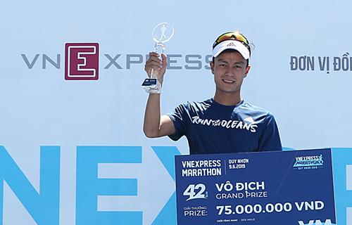 Quang Hòa nhận 75 triệu tiền thưởng cho nhà vô địch cự ly full marathon.