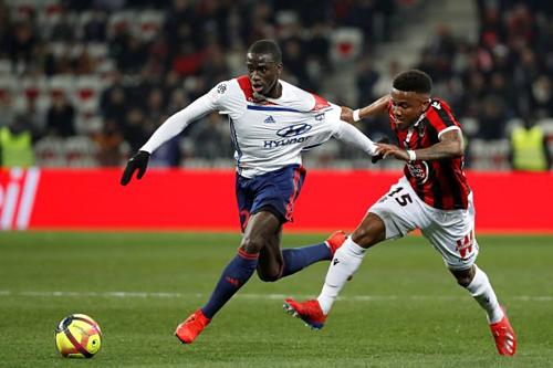 Mendy (trái) trong màu áo Lyon. Ảnh: Reuters.