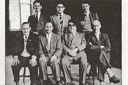 Bernstein (ngồi thứ hai từ phải sang) tại giải Cork Tostalnăm 1955.