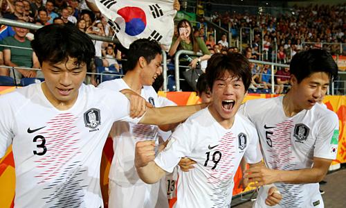 Choi Jun (số 19) mừng bàn thắng duy nhất giúp Hàn Quốc vào chung kết. Ảnh: FIFA.