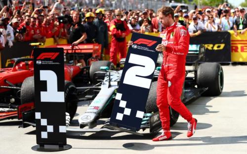 Vettel phản ứng bằng cách đi về phía xe đua của Hamilton và thay tấm bảng về nhất bằng tấm bảng về nhì.