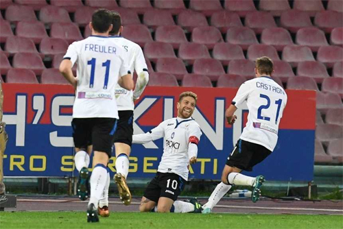 Papu Gomez (giữa)là hiện thân cho sự hy sinh vì lợi ích tập thể của Atalanta, khi từ chối bản hợp đồng béo bở sang Trung Đông để ở lại chiến đấu vì khát vọng Champions League của CLB.
