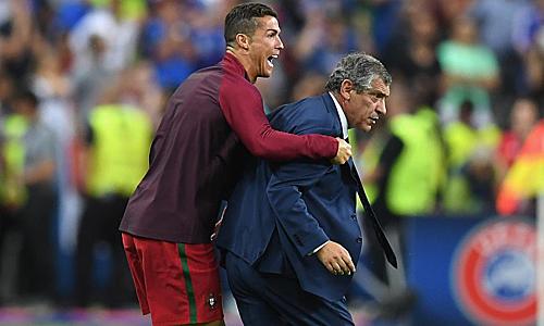 Ronaldo ôm Santos ngoài đường biên sau khi Bồ Đào Nha vượt qua Pháp ở chung kết Euro 2016. Ảnh: Reuters.