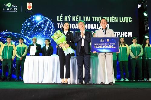 Đại diện Novaland (trái) cùng Chủ tịch Liên đoàn Bóng rổ TP HCM (phải) trong lễ ký kết.