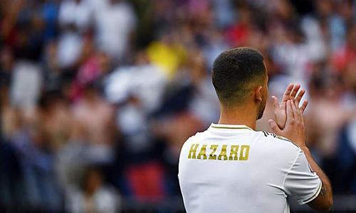 Hazard để trống số áo trong lễ ra mắt tại Bernabeu. Ảnh: AFP.