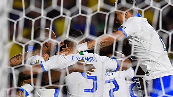 Coutinho chia vui cùng đồng đội sau khi ghi bàn mở tỷ số. Ảnh: AS.