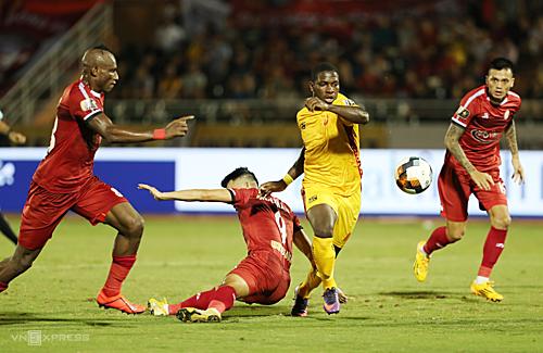 Rimario (áo vàng) bỏ lỡ cơ hội ngon ăn nhất trận đấu khi đá bóng trúng cộc dọc. Ảnh: Đức Đồng.