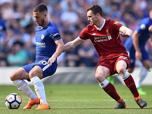 Robertson theo kèm Hazard trong trận đấu giữa Liverpool và Chelsea. Ảnh: AP.