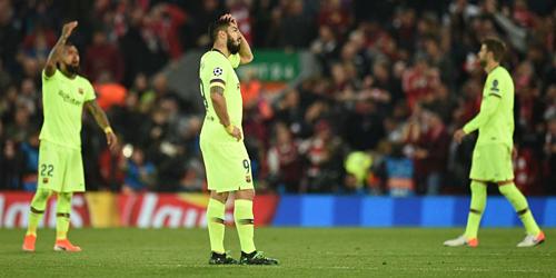 Suarez ôm đầu trong trận thua Liverpool. Ảnh: Reuters.