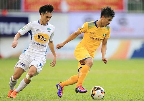 Văn Toàn (áo trắng) đang là chân sút nội tốt nhất của HAGL với năm bàn thắng, trong khi Văn Đức (áo vàng) vẫn đang vật lộn với nỗi ám ảnh chấn thương.