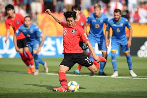 Lee Kang-in ghi bàn trên chấm phạt đền. Nhạc trưởng Hàn Quốc là sản phẩm của lò đào tạo Valencia và được liên hệ tới Real Madrid. Ảnh:FIFA.