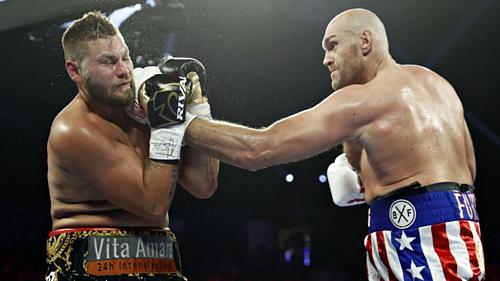 Fury (phải) hạ knock-out kỹ thuật Tom Schwarz. Ảnh:AFP.