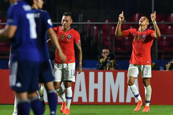 Sanchez (số 7) ghi bàn trở lại sau 5 tháng tịt ngòi. Ảnh: Reuters.