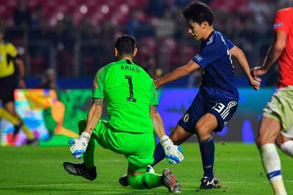 Ueda (phải) bỏ lỡ hai tình huống đối mặt với thủ môn Chile - Arias. Ảnh: Reuters.
