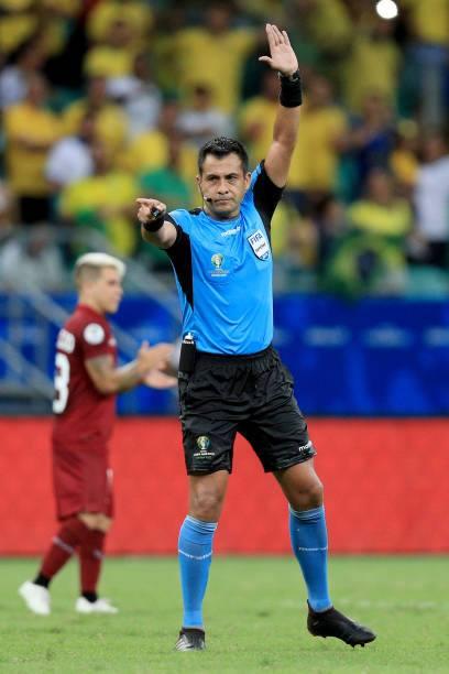 Trọng tài Julio Bascunan từ chối bàn thắng cho Brazil. Ảnh: AFP