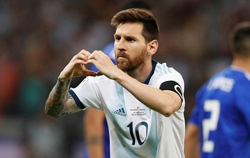 Messi mừng bàn thắng đầu tiên ở Copa America 2019. Ảnh: AP.