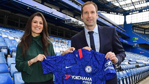 Giám đốc Marina Granovskaia (trái) chào đón Cech trở lại Stamford Bridge. Ảnh: Chelsea FC.