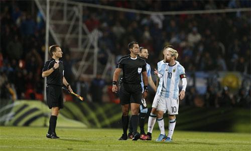 Trọng tài Bascunan là khắc tinh đối với Argentina. Ảnh: Reuters