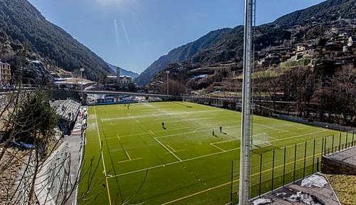 SVĐ nhỏ bé của Andorra chỉ có một khán đài. Ảnh: FC Andorra.