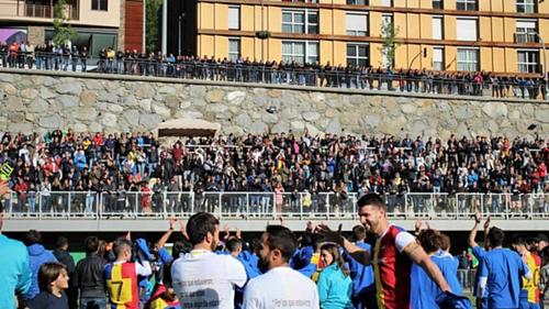 Đám đông khán giả có mặt bên ngoài sân ngày Andorra giành quyền thăng hạng. Ảnh: FC Andorra.