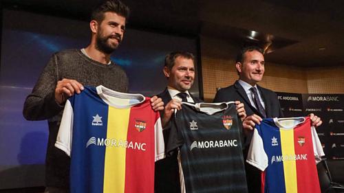 Ông chủ Pique (trái) trong lễ ký kết hợp đồng tài trợ cho Andorra.